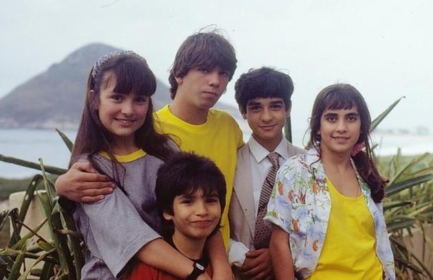 Gabriela Duarte e Marcelo Faria (que estão em pé à esquerda) também estrearam nas novelas na trama  (Foto: TV Globo)