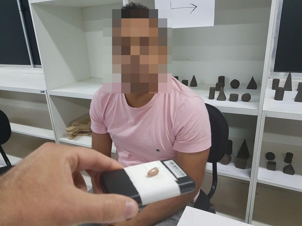 Suspeito foi levado para a delegacia juntamente com o material apreendido, em Caruaru (Foto: Divulgação/Sindasp)