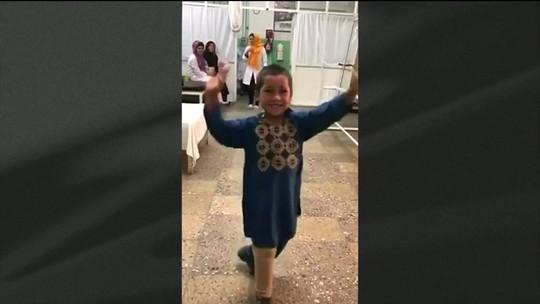 Alegria de criança afegã de 5 anos ao receber prótese para a perna viraliza nas redes