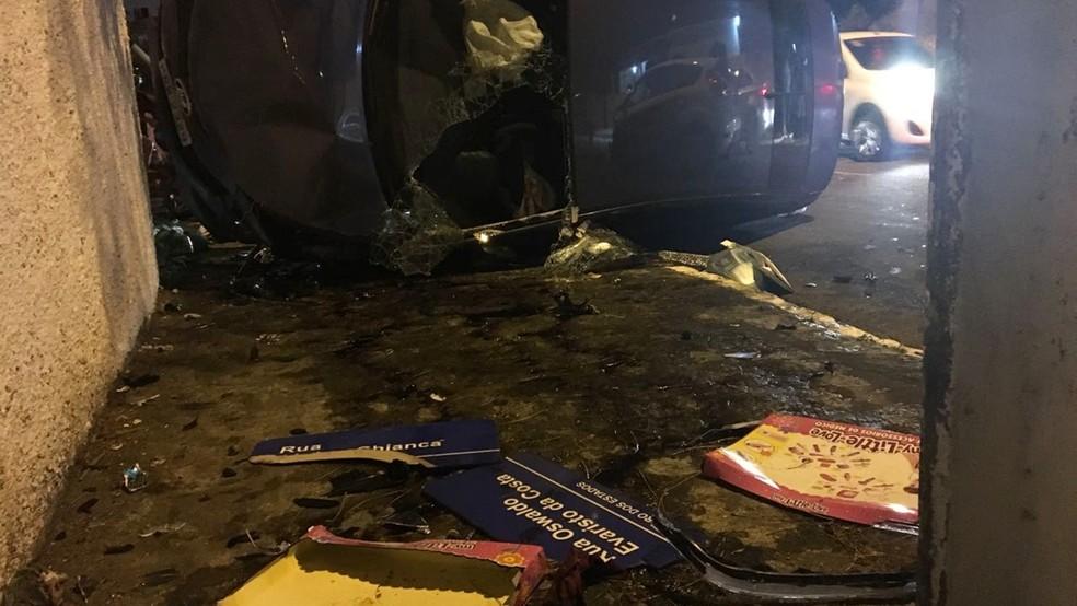 Vítima saiu do carro através de um buraco no vidro dianteiro, em João Pessoa (Foto: Gabriel Costa/G1)