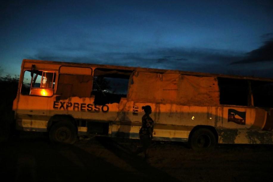 Venezuelanos moram há 3 meses em ônibus abandonado na fronteira do Brasil