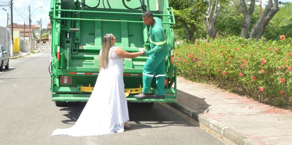 Em homenagem ao marido motorista de coleta de lixo, baiana faz ensaio fotográfico temático: 'Melhor do que eu esperava'