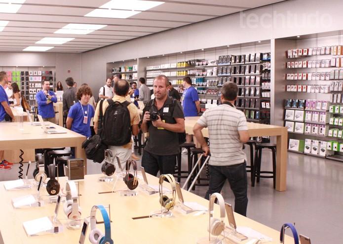 Lado de dentro da Apple Store brasileira (Foto: Allan Melo / TechTudo)