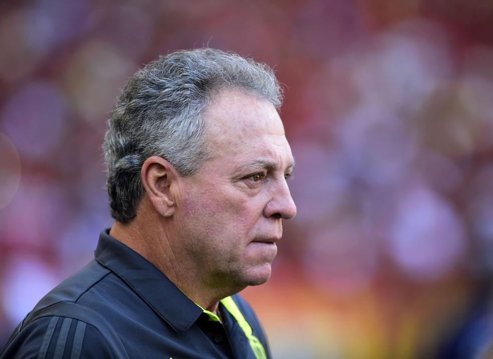 Abel Braga não ficou satisfeito com o que viu no Maracanã  — Foto: André Durão
