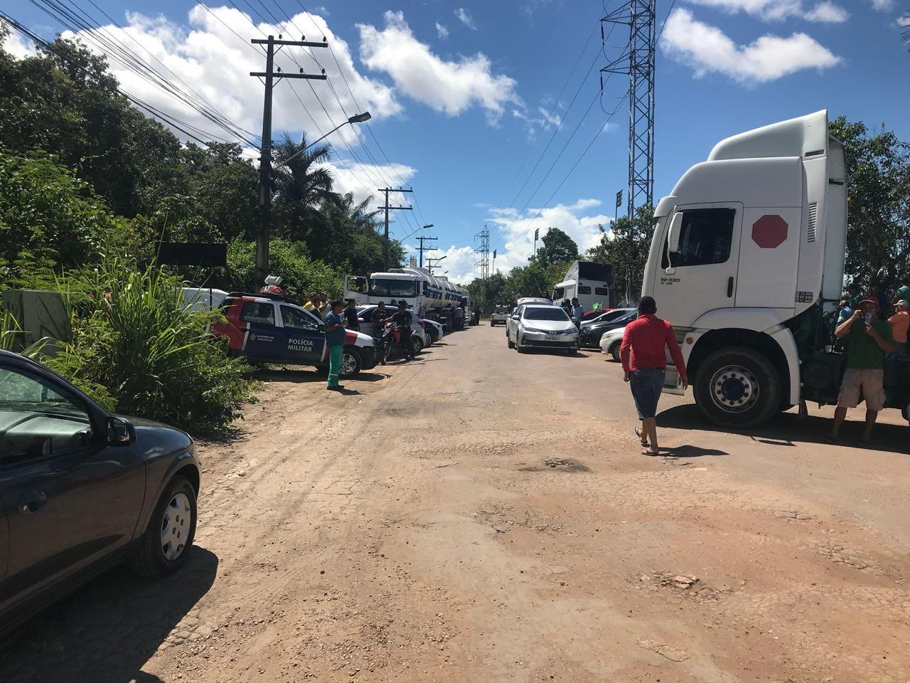 Caminhoneiros mantêm protesto contra alta do diesel em estrada no Distrito Industrial de Manaus