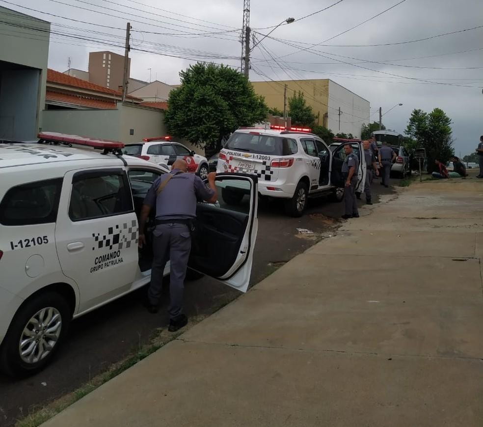Motorista e outras três pessoas que estavam no depósito foram encaminhadas para a Polícia Federal — Foto: Polícia Militar/Divulgação