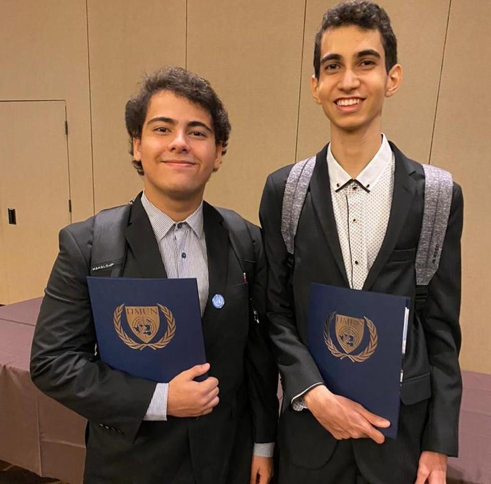 Lucas e seu colega durante a Simulação da ONU na Universidade de Harvard — Foto: Lucas Teixeira/Arquivo Pessoal