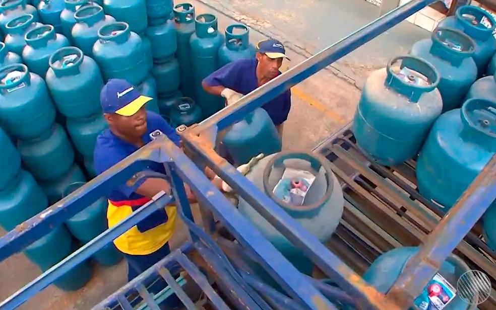 O gás aumentou 11,44%, enquanto a gasolina subiu 15% nos três primeiros meses de 2021 — Foto: Reprodução/TV Bahia