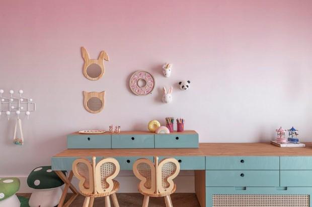 Décor do dia: quarto infantil com papel de parede rosa e marcenaria verde (Foto: Rafael Renzo)