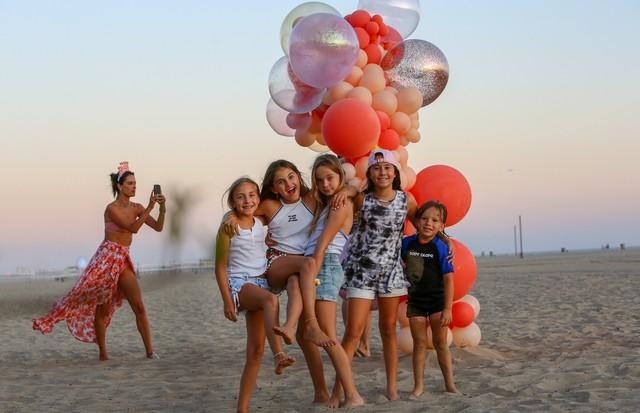 Santa Monica, CA - *EXCLUSIVE* - The birthday party continues for Alessandra Ambrosio's daughter, Anja! After a fun filled day at the beach with family and friends, little Anja got tons of balloons, while proud mom Alessandra took plenty of keepsake pho (Foto: BACKGRID)