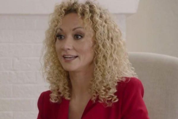 Valerie Haney em participação no programa 'Leah Remini: Scientology and the Aftermath' (Foto: Reprodução)