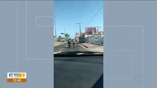Sem Noção: ciclista é flagrado 'pegando carona' em garupa de moto, no ES