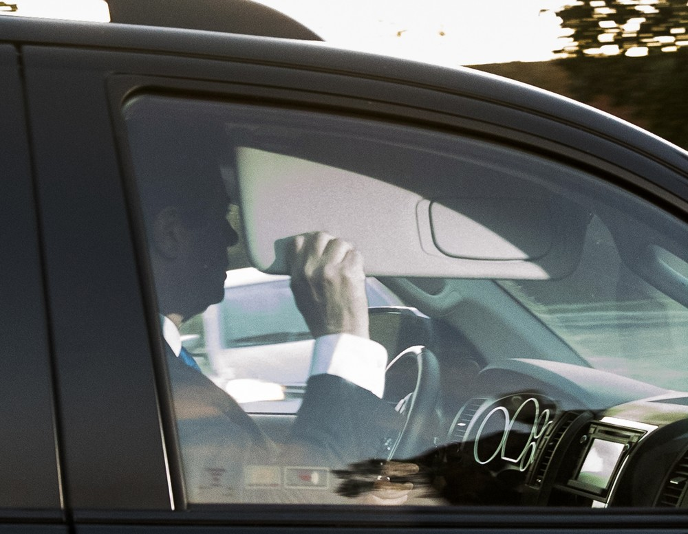 O chefe da campanha presidencial de Trump, Paul Manafort (esquerda), deixa sua casa para se entregar ao FBI (Foto: Andrew Harnik/AP)