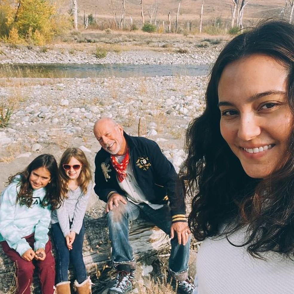 Bruce Willis com a mulher, Emma Heming, e as filhas em imagem de outubro de 2020 — Foto: Reprodução/Instagram