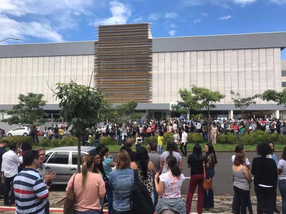 Prédio de empresa em Uberlândia foi evacuado após tremores (Foto: G1)