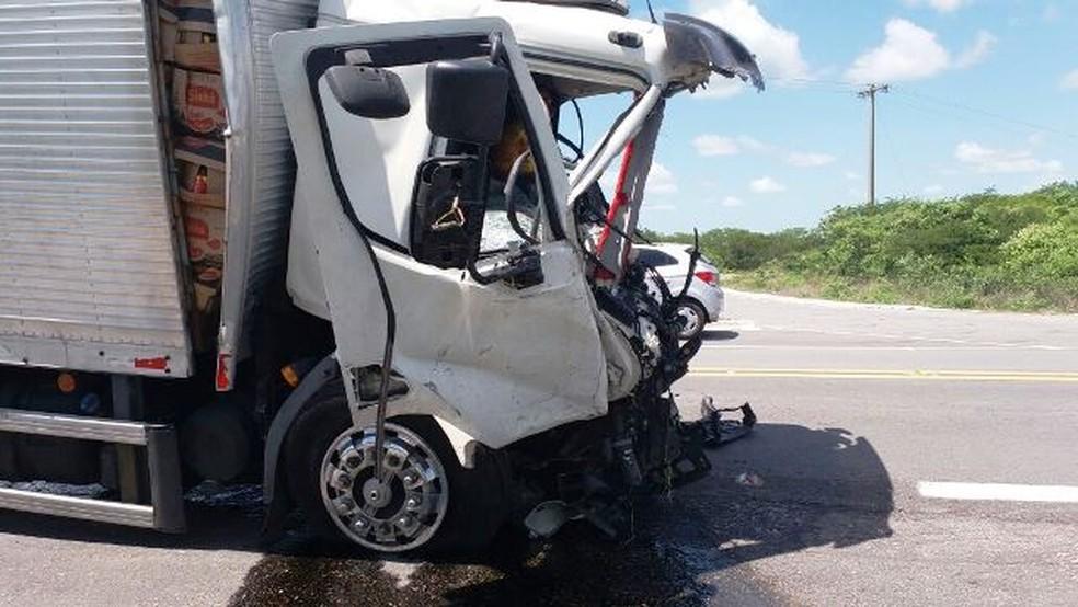 Motorista de caminhão ficou preso às ferragens após acidente na BR-406, no RN (Foto: Josivan Dantas)