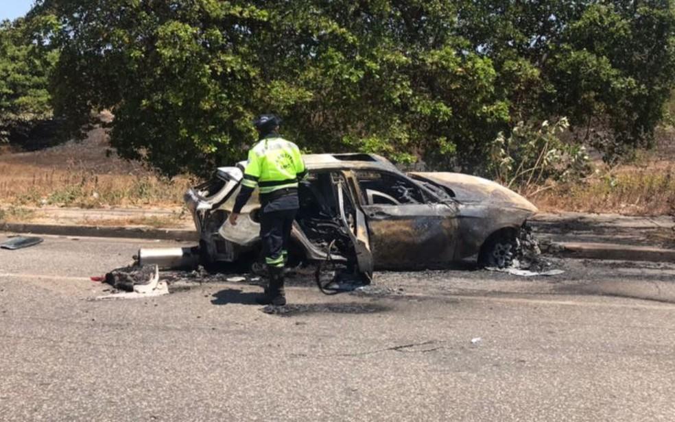 BMW foi destruída pelo fogo em acidente na Avenida Doutor Aldy Mentor, em Fortaleza. — Foto: Ana Beatriz Farias/ SVM