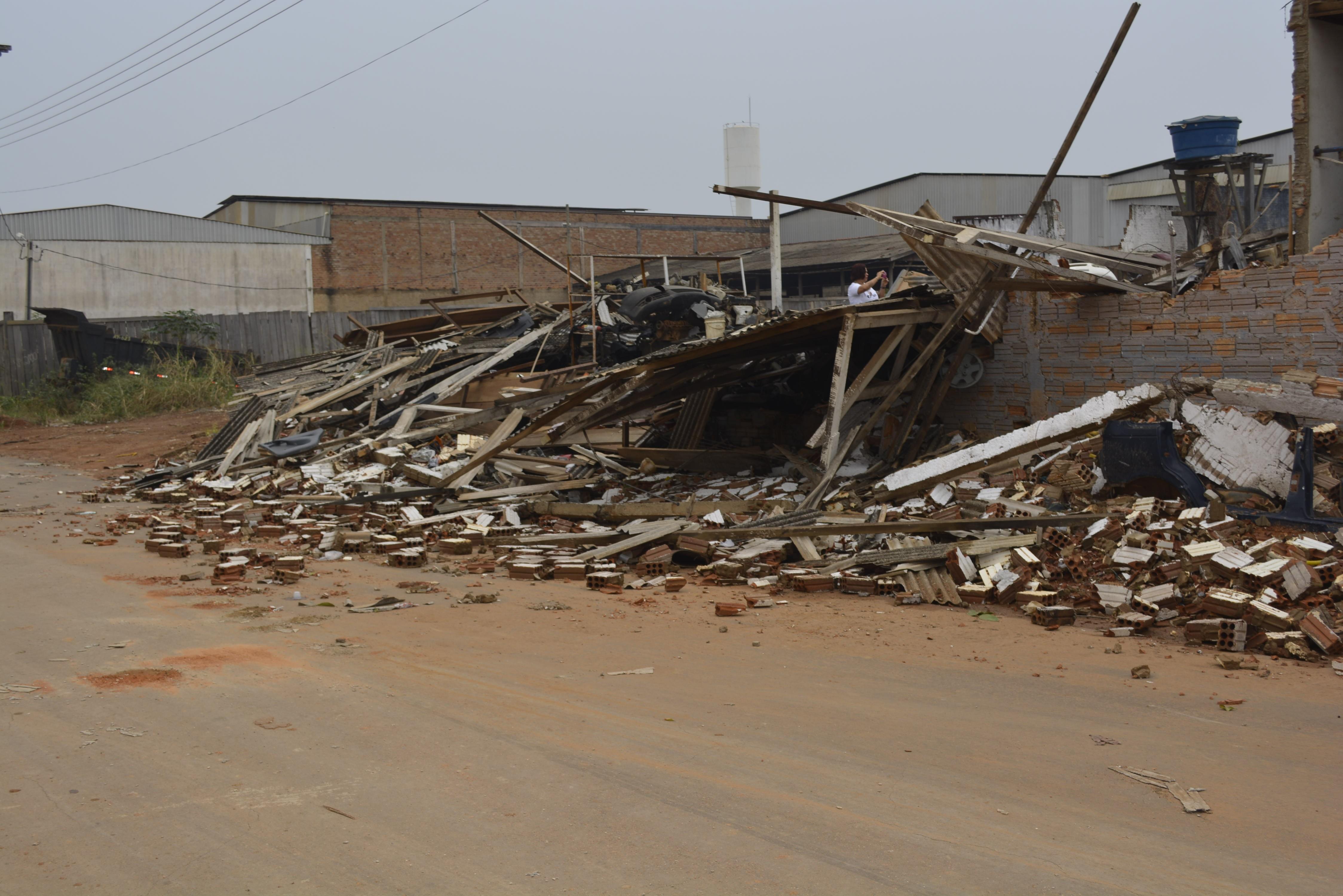 Temporal com ventania causa estragos e deixa bairros sem energia em Ariquemes