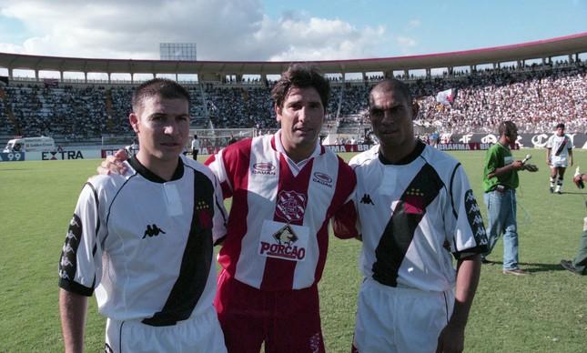 Jogo de abertura do Carioca de 1999: Renato posa entre Luisão e Donizete Pantera. O cruzmaltino venceu por 4 a 0