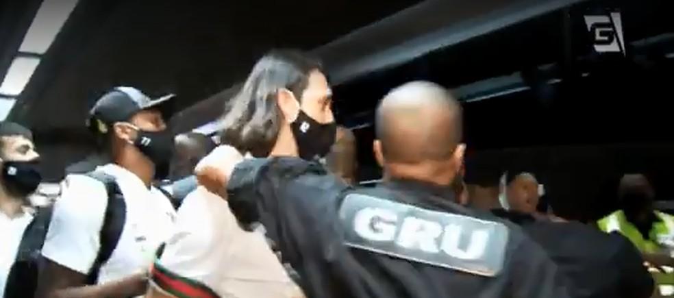 Cássio protegido por seguranças no aeroporto — Foto: Reprodução