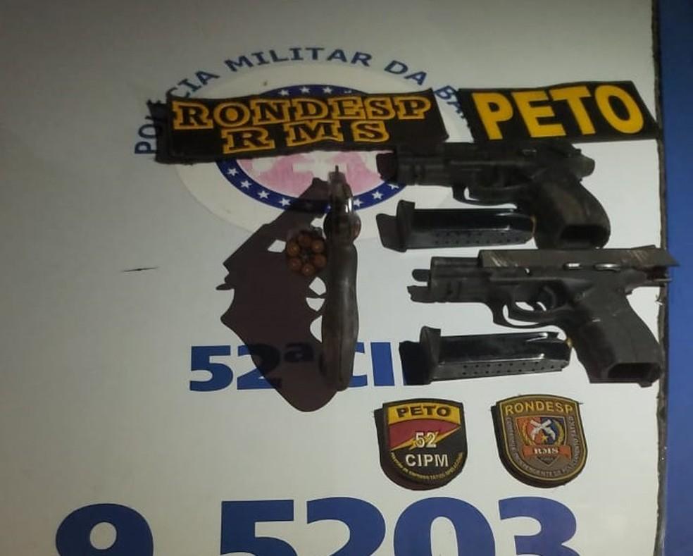 Polícia disse ter apreendido armas com suspeitos mortos que podem ter sido usadas na chacina — Foto: Divulgação/SSP-BA