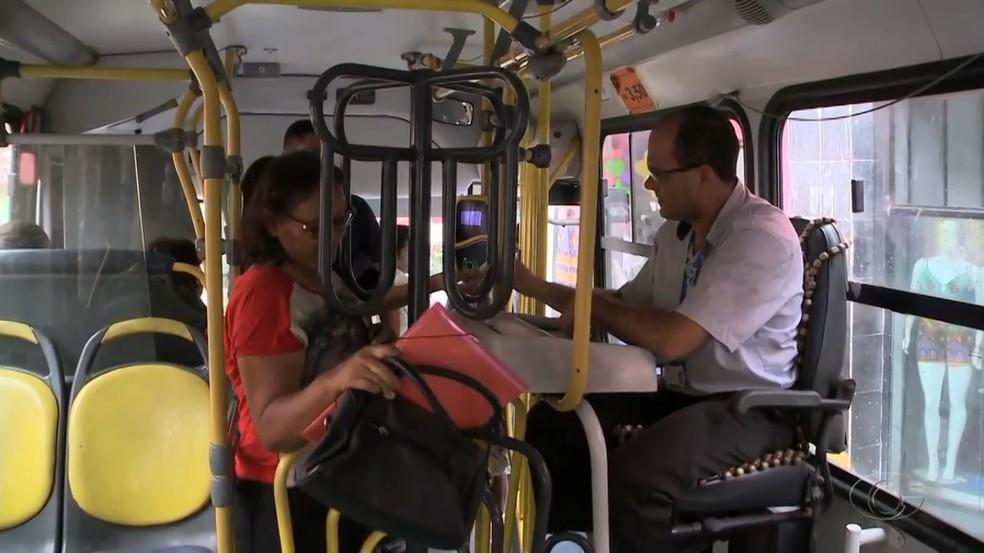 Catracas altas nos ônibus de Maceió são motivo de reclamação de diversos passageiros (Foto: Reprodução/TV Gazeta)