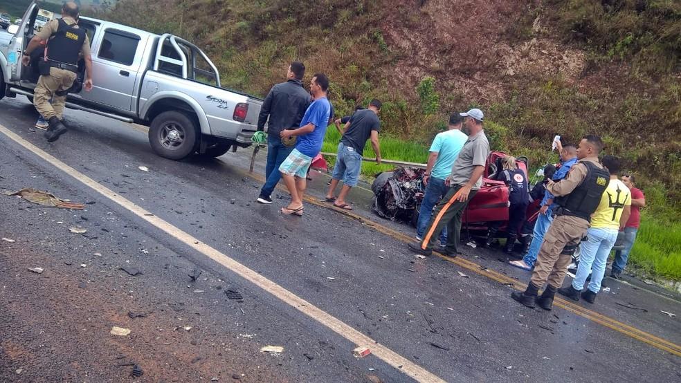 Homem fica gravemente ferido após batida entre caminhonete e carreta na MG-179 — Foto: Fernando Jesuíno