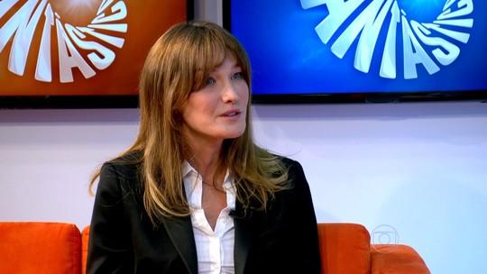 'Não é fácil colocar a música de lado', diz Carla Bruni após voltar a cantar