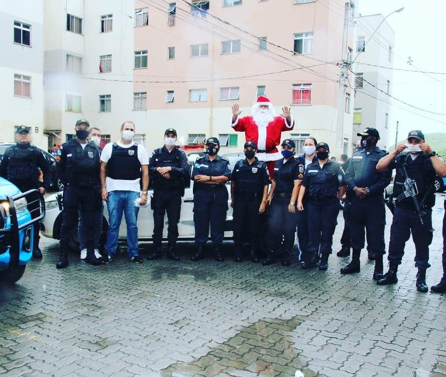 Dia de Papai Noel: PMs arrecadam e doam presentes a crianças em Volta Redonda