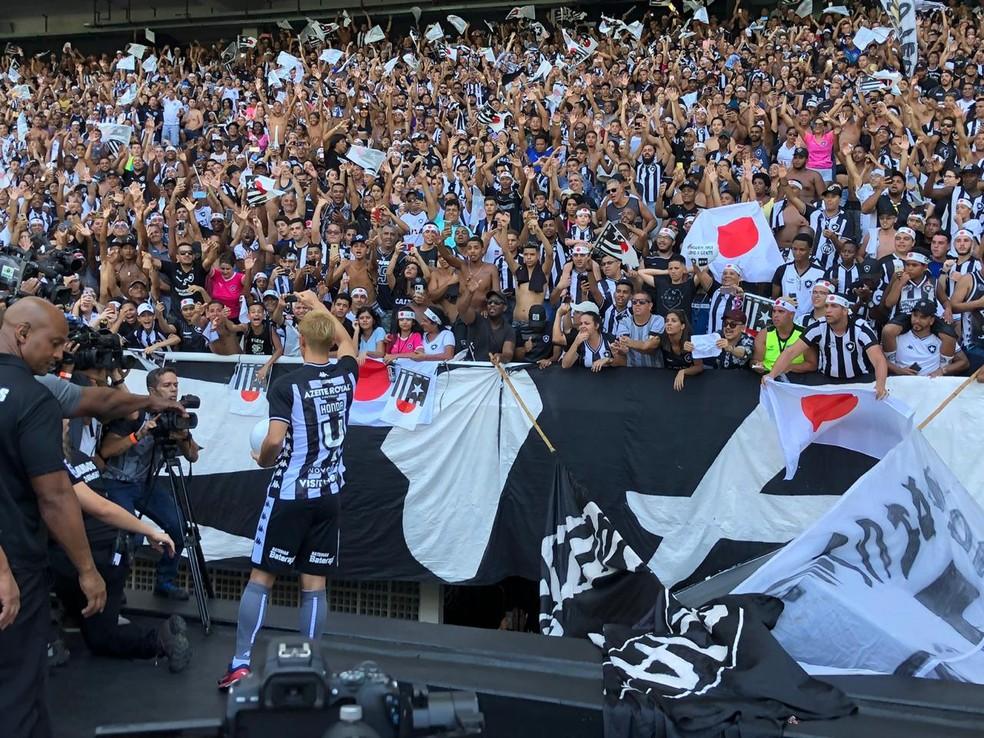 Honda vai na galera agradecer ao carinho da torcida do Botafogo — Foto: Caique Andrade