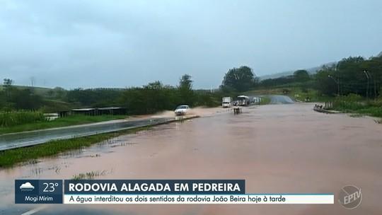Córrego transborda e provoca interdições em trecho de rodovia entre Amparo e Pedreira