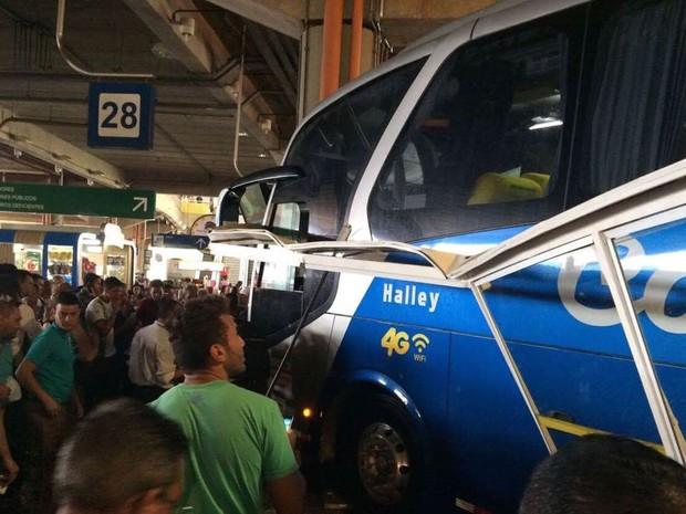 Ônibus perdeu o controle e avançou e atingiu passageiros na rodoviária em Campinas (Foto: Thiago Coelho)