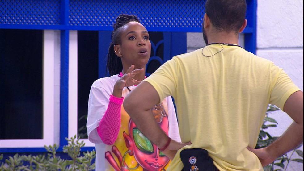 Karol Conká conversa com Gilberto no BBB21, e cantora afirma: 'Não sei se você está arranjando algum motivo pra me votar' — Foto: Globo