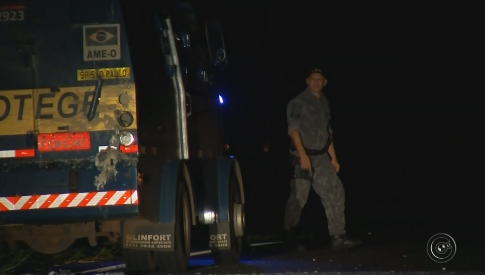 Carro-forte foi atacado por criminosos na rodovia na região de Marília (Foto: Reprodução/TV Tem)