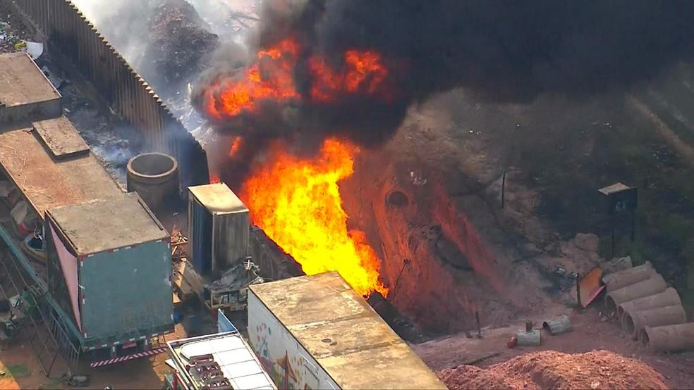 Bombeiros atendem ocorrência de incêndio em oleoduto na Zona Leste de SP — Foto: Reprodução/TV Globo