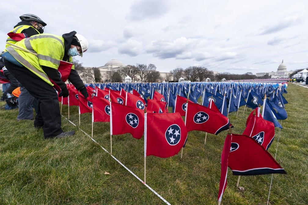 Funcionários colocam bandeiras do Tennessee no Passeio Nacional para a posse de Joe Biden, em foto de 18 de janeiro de 2021 — Foto: Alex Brandon/AP