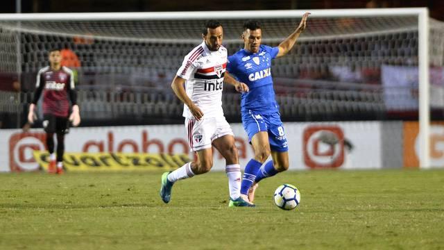 O são-paulino Nenê disputa a bola com o cruzeirense Henrique