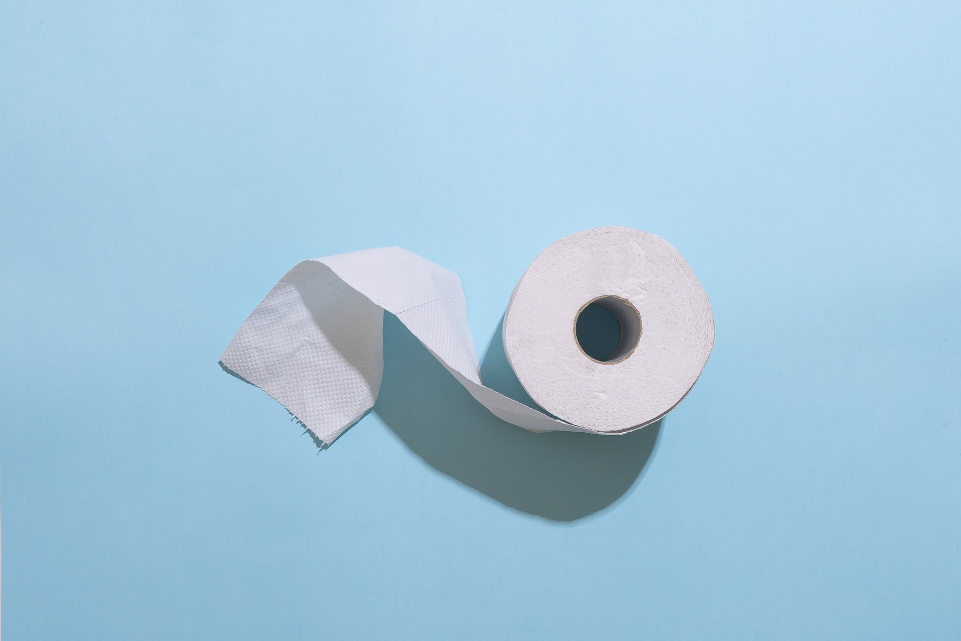 Toalhas de papel são mais eficazes em eliminar vírus do que jatos de ar (Foto: Claire Mueller/Unsplash)