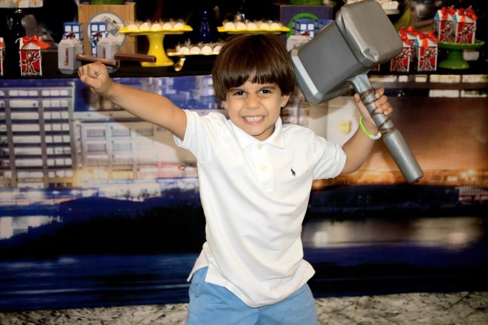 """Guilherme tem o sonho de ser o Pantera Negra para """"arranhar pessoas do mal"""". — Foto: Arquivo pessoal"""