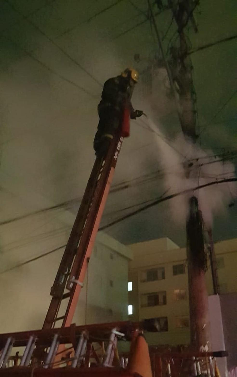 Bombeiros usaram um extintor para combater às chamas — Foto: Corpo de Bombeiros/ Divulgação