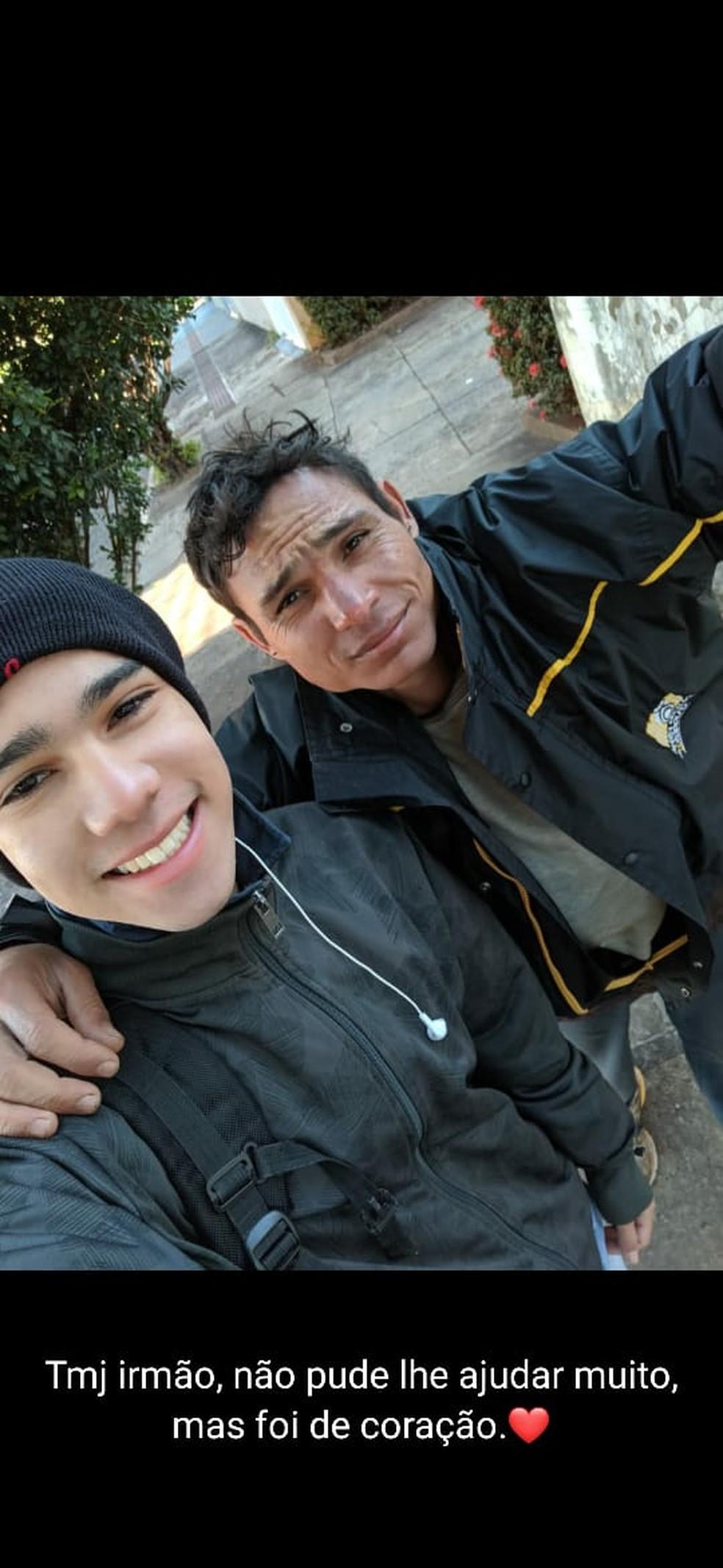 Adrian e Arlan: a selfie para mandar para a mãe — Foto: Adrian Silva Alves/Arquivo Pessoal