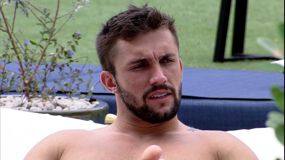 Arthur comenta com Projota: 'Estou começando a me incomodar com pouca coisa' — Foto: Globo