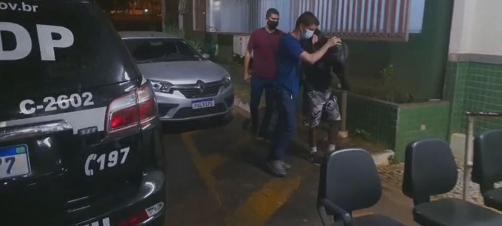 Homem é preso suspeito de esquartejar e beber sangue de vítima, no DF — Foto: PCDF/Divulgação