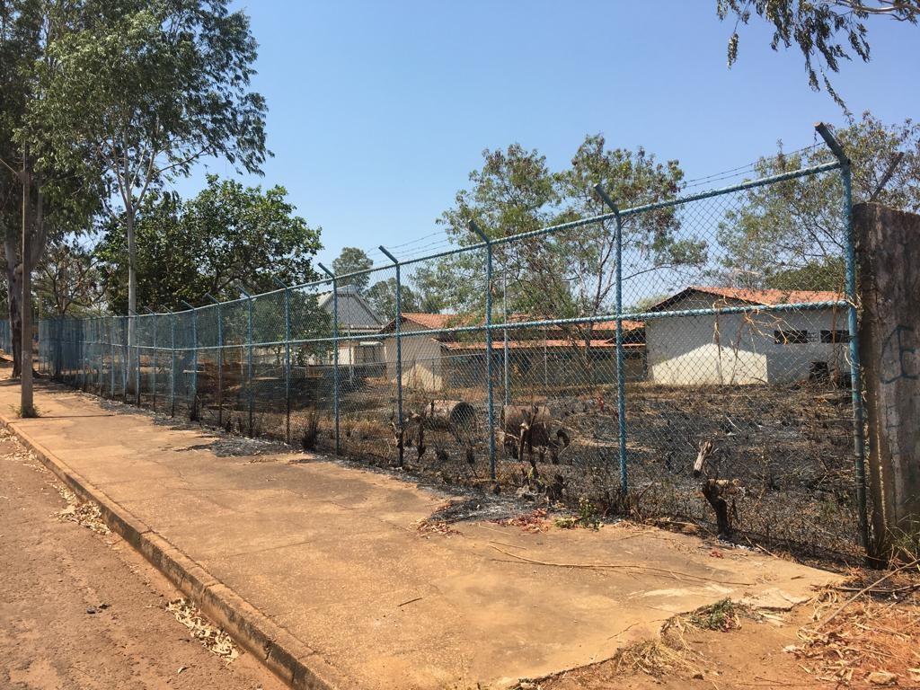 Fogo atinge lote de escola desativada na região sul da capital - Notícias - Plantão Diário