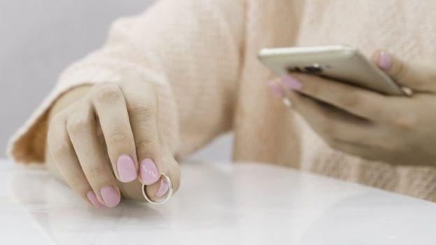 Se você perder um anel, pode usar o telefone para procurá-lo (Foto: Getty Images via BBC News)
