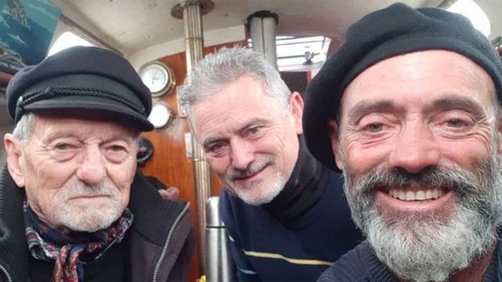 """""""Missão cumprida!"""": Reencontro com pai (esquerda) e irmão (centro), na chegada a Mar del Plata — Foto: Arquivo pessoal via BBC"""