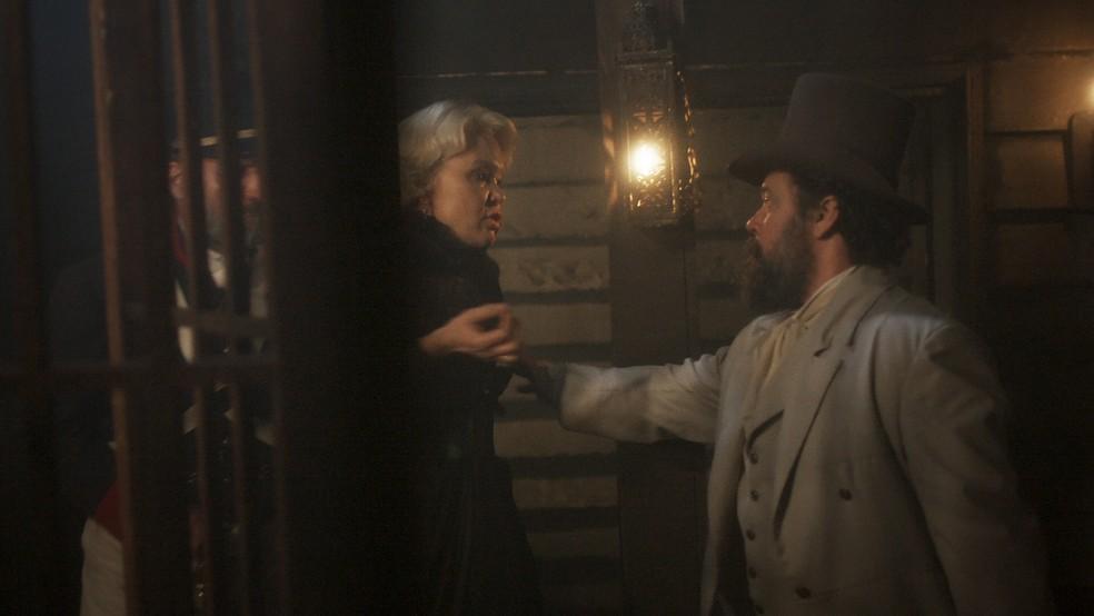 Presa, Greta (Julia Lemmertz) é levada para o porão do navio e deportada  para Áustria, em 'Novo Mundo' — Foto: TV Globo