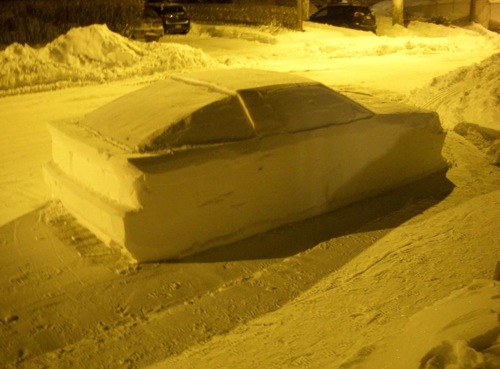 Canadense 'engana' policiais com carro de neve estacionado na rua (Foto: Simon Laprise/Facebook)