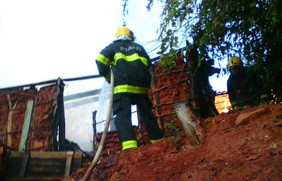 Corpo de bombeiros combateu as chamas na residência da agressora (Foto: Divulgação/ Bombeiros)