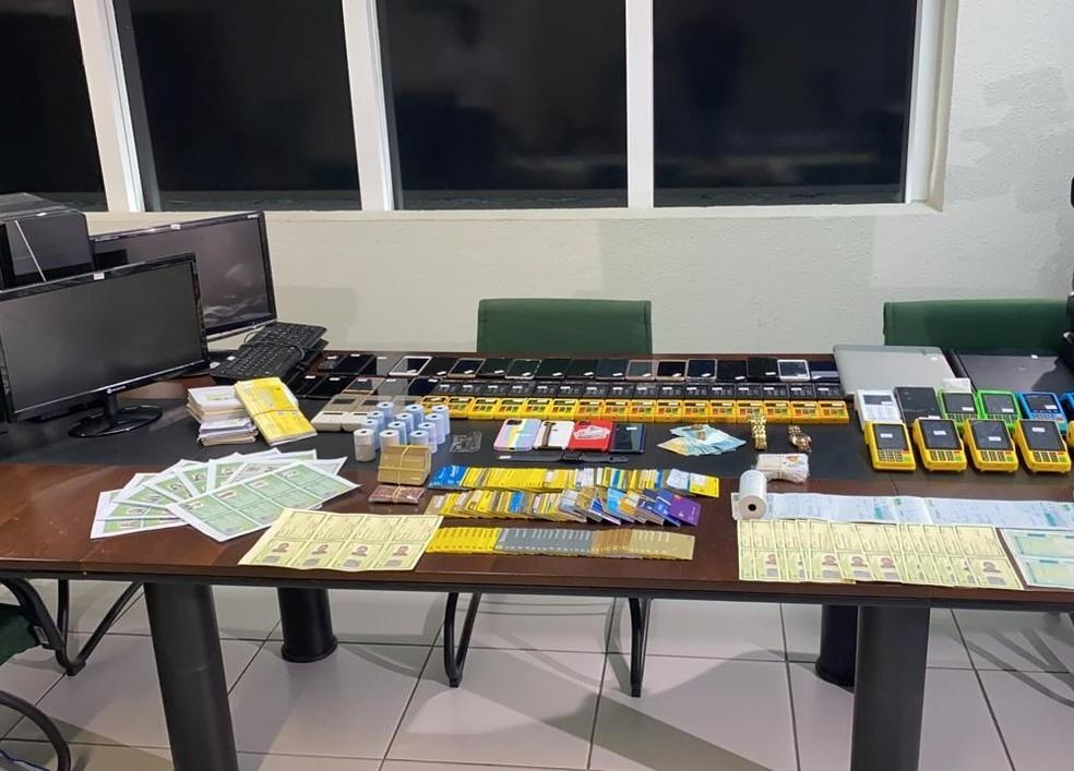 Diversos equipamentos e documentos falsos foram presos com o trio no apartamento em Fortaleza. — Foto: SSPDS/Reprodução